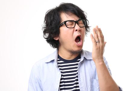 """>口臭の原因は細菌"""" class=""""alignright size-full wp-image-849″ />口臭がおこるのは、お口の中にいる細菌が臭気ガスを発生させることが原因です。細菌は私たちの食べかすをエサとして繁殖します。食べかすの中に含まれるたんぱく質を分解したときに口臭の原因となる臭気ガスを発生させます。そのため食後は細菌が最も繁殖する絶好のタイミングなのです。このメカニズムによって食後に口臭がおこってしまいます。</span></p> </div> <h4>口臭の原因となる細菌はどこにいるの?</h4> <p><span>口臭がおこらないようにするためには、細菌のエサとなる食べかすをお口の中から取り除く必要があります。食べかすは歯や舌の表面やすきま、喉の奥などお口の中全体に付着しています。また唾液には自浄作用や抗菌作用など、細菌を洗い流す作用がありますが、唾液の分泌が減ることで、お口の中が乾燥して口臭の原因となる細菌が繁殖しやすい環境を作ってしまいます。</span></p> <h4>口臭を防ぐためには、まずお口の中を清潔にしよう</h4> <div class="""