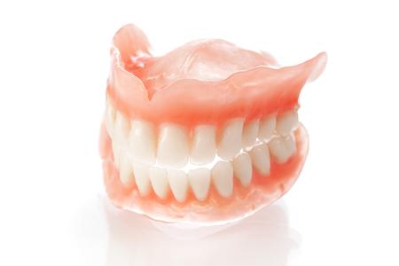 中高年に多い入れ歯と顎関節症